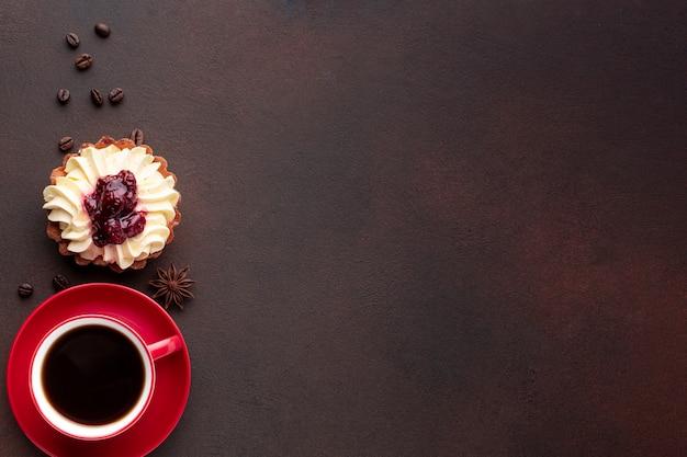Café y sabroso pastel copia espacio Foto gratis