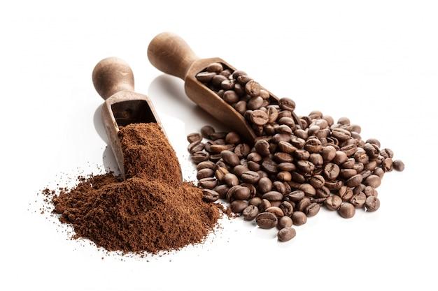 Café tostado en grano y molido aislado sobre fondo blanco. Foto Premium