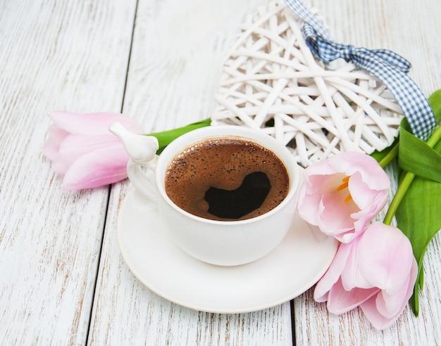 Cafe y tulipanes Foto Premium