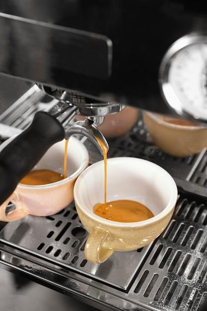 Cafetera de alto ángulo con máquina Foto gratis