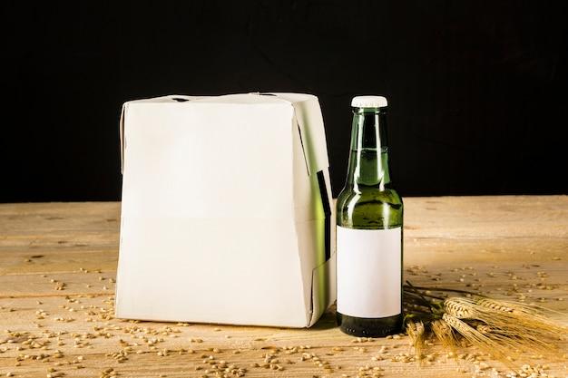 Caja de cerveza sobre fondo de madera Foto gratis