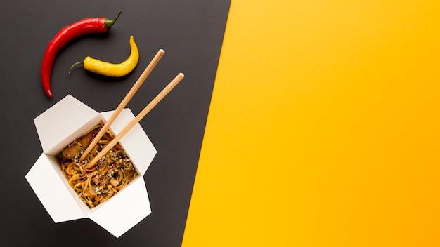 Caja de comida asiática con fondo de espacio de copia Foto gratis