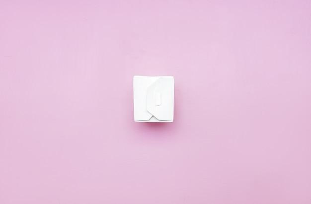Caja de comida para llevar blanca, envases de cartón para fideos sobre un fondo rosa. Foto Premium