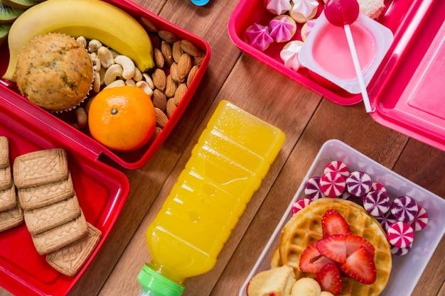 Caja de almuerzo con varios aperitivos y platos dulces for Platos para aperitivos