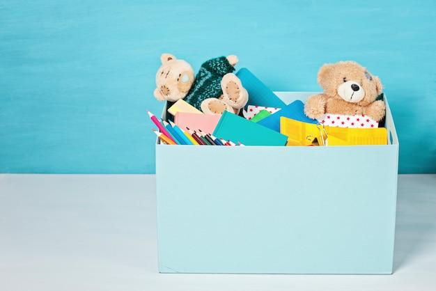 Caja con donaciones para niños con útiles escolares y juguetes. Foto Premium