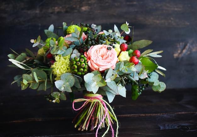Caja de flores con rosas Foto Premium
