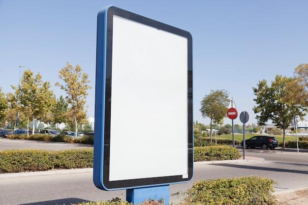 Caja de luz publicitaria en blanco en la calle. Foto gratis