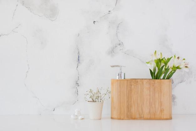 Caja de madera con productos de baño y flores con espacio de copia Foto gratis