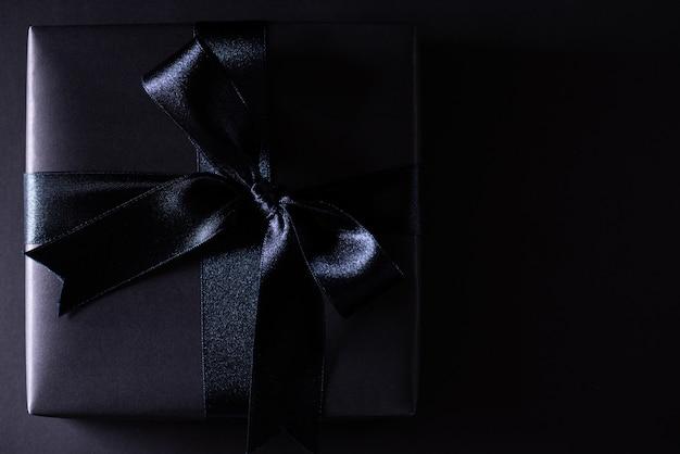 Caja de navidad negra sobre negro con copyspace, black friday. Foto Premium