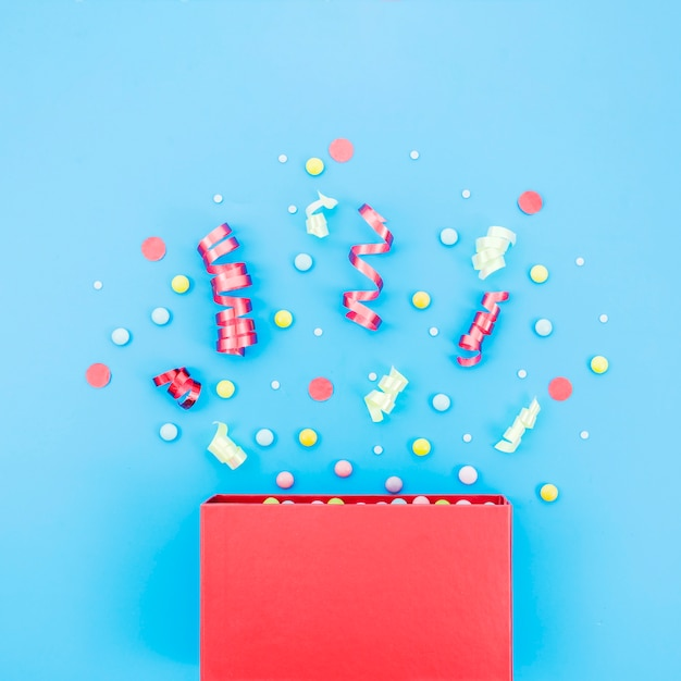 Caja de regalo de cumpleaños con confeti Foto gratis