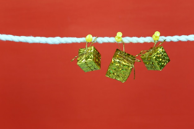 Caja de regalo dorada colgada del tendedero. Foto Premium