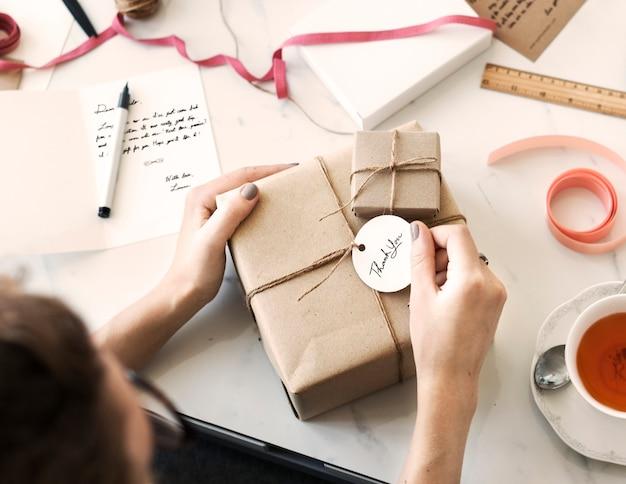 Caja de regalo con etiqueta. Foto Premium