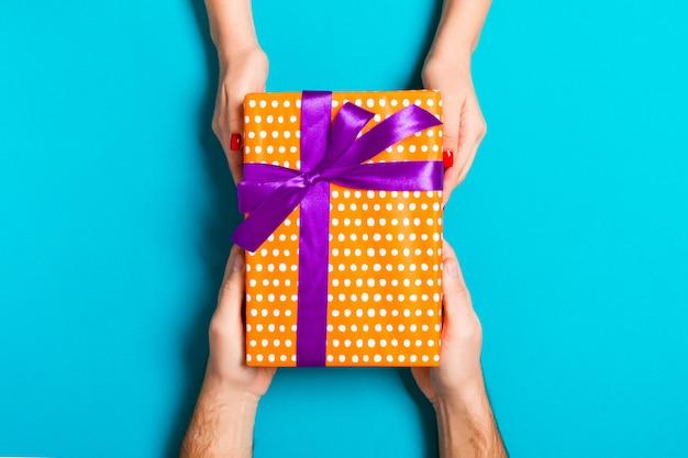 Caja de regalo con hermoso papel de regalo Foto Premium