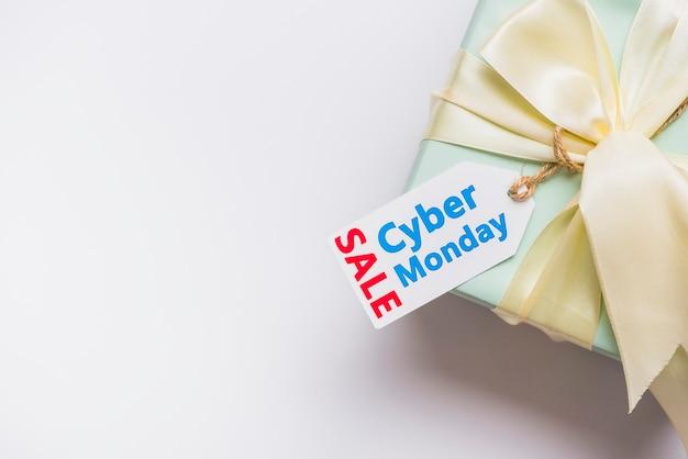 Caja de regalo con lazo y etiqueta con inscripción de venta. Foto gratis