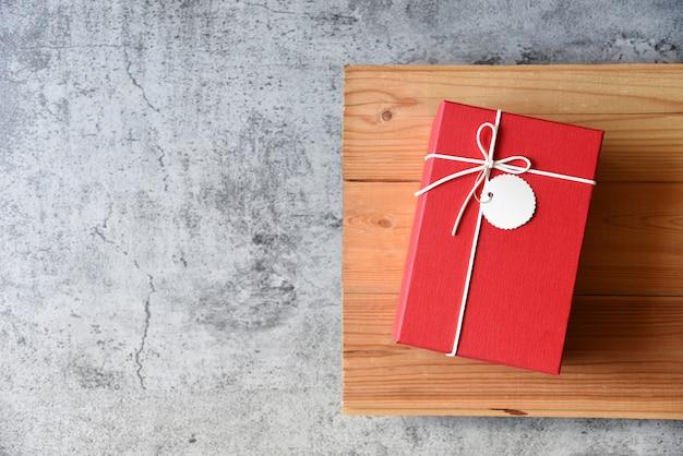 Caja de regalo en la mesa de san valentín y cumpleaños. Foto Premium