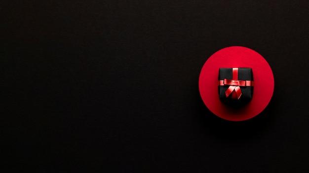 Caja de regalo minimalista concepto de viernes negro Foto gratis