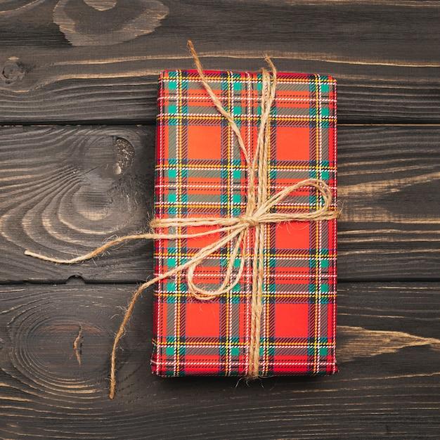 Caja de regalo para navidad atada con cuerda Foto gratis