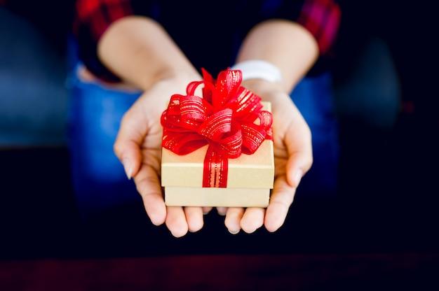Una caja de regalo para niñas con chris smooth celebra el día de año nuevo con una copia del área de texto. Foto Premium