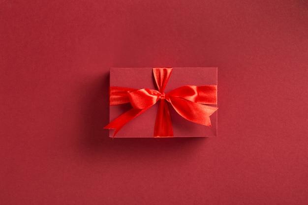Caja de regalo roja de san valentín con lazo Foto Premium