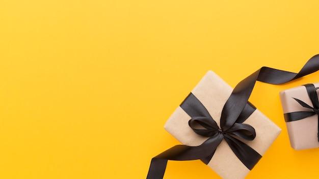 Caja de regalo de vista superior con espacio de copia de cinta negra Foto Premium