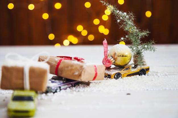 Cajas de navidad en coches de juguete Foto Gratis