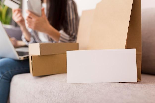 Cajas de rebajas de cyber monday con tarjeta blanca Foto gratis