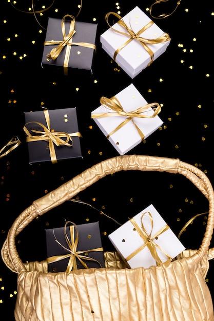 Cajas de regalo en blanco y negro con cinta dorada Foto Premium