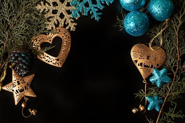 Cajas de regalo blancos y negros con la cinta del oro en fondo del brillo. lay flat Foto Premium