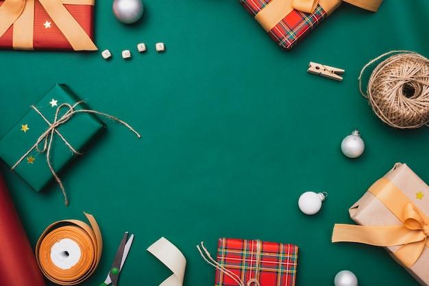 Cajas de regalo con cordón y cinta para navidad Foto gratis