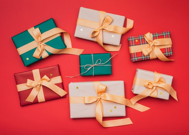 Cajas de regalo con estrellas doradas para navidad Foto gratis