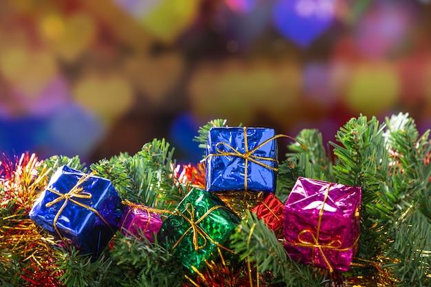 Cajas de regalo y ramas de abeto Foto gratis