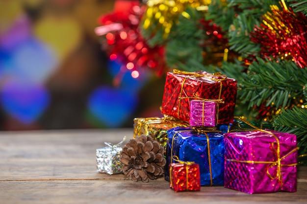 Cajas de regalo sobre superficie de madera Foto gratis
