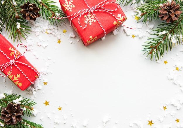 Cajas de regalo de vacaciones de navidad sobre fondo blanco. Foto Premium