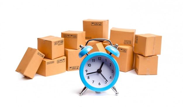 Cajas y reloj de cartón en el fondo blanco. Foto Premium