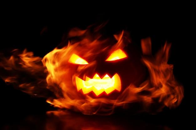 Calabaza dentro de las llamas Foto gratis
