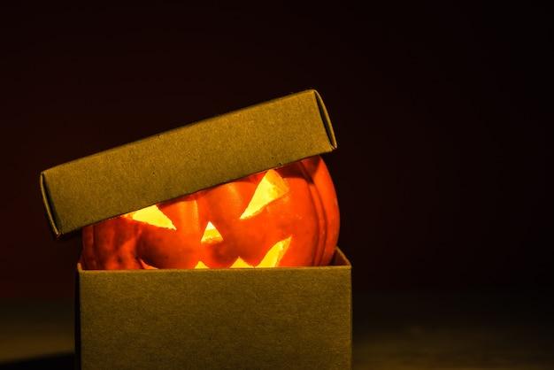 Calabaza de halloween en caja de artesanía Foto Premium