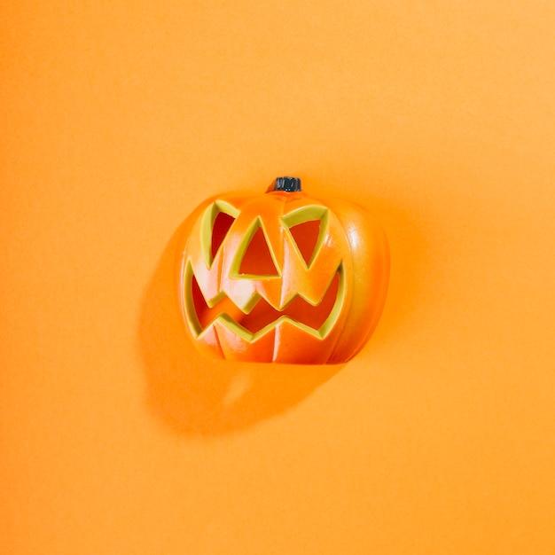 Calabaza de halloween en medio Foto gratis