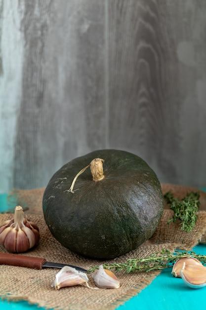 Calabaza verde e ingredientes para una sabrosa cocina vegetariana. Foto Premium