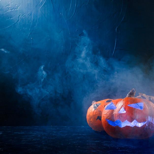 Calabazas de halloween hechas a mano iluminadas en el interior Foto gratis
