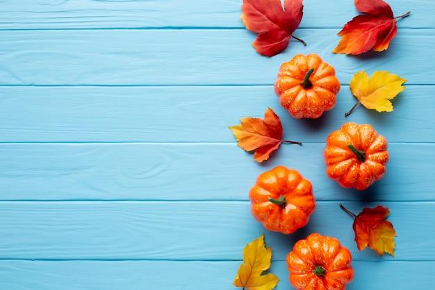 Calabazas de halloween y hojas de otoño Foto gratis