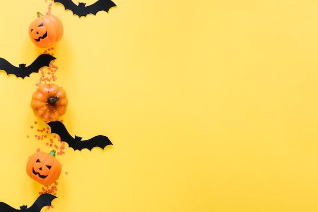 Calabazas de halloween y murciélagos en línea Foto gratis