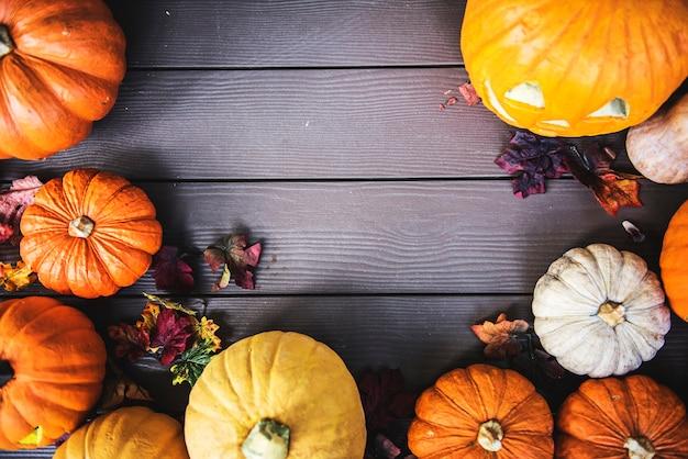 Calabazas de halloween sobre fondo de madera Foto gratis