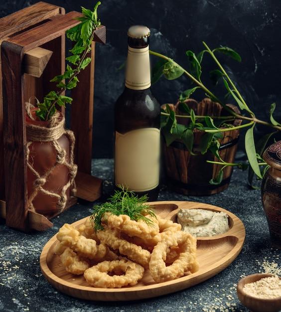 Calamares al plato sobre la mesa Foto gratis