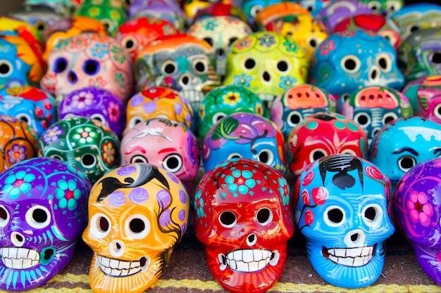 Calaveras aztecas mexicano día de los muertos colorido Foto Premium
