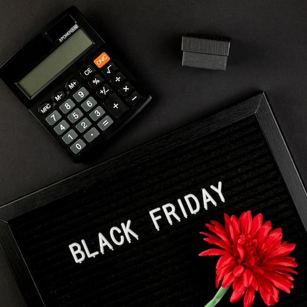 Calculadora junto a una alfombra de viernes negro Foto gratis