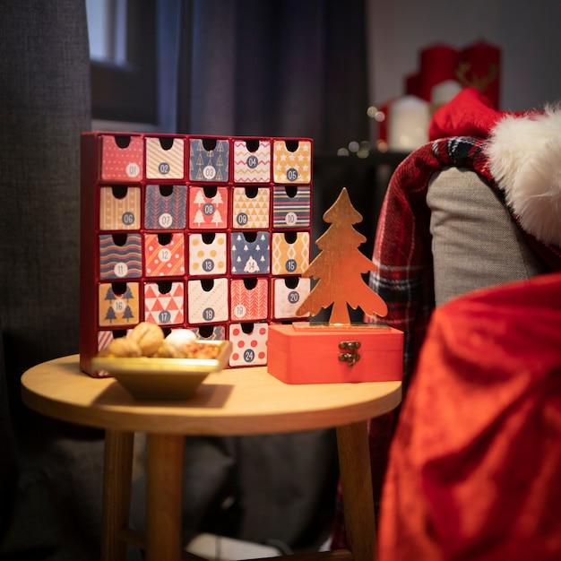 Calendario de adviento de navidad en la mesa Foto gratis