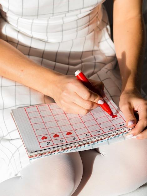 Calendario de alta vista con período de menstruación Foto gratis