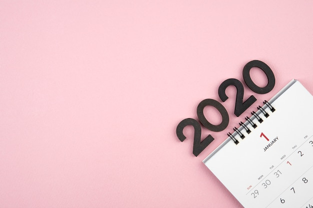 Calendario de año nuevo 2020 sobre fondo rosa Foto Premium