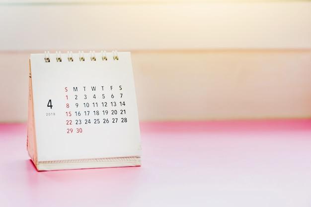 Calendario de apirl 2018 en la mesa con gradiente Foto Premium