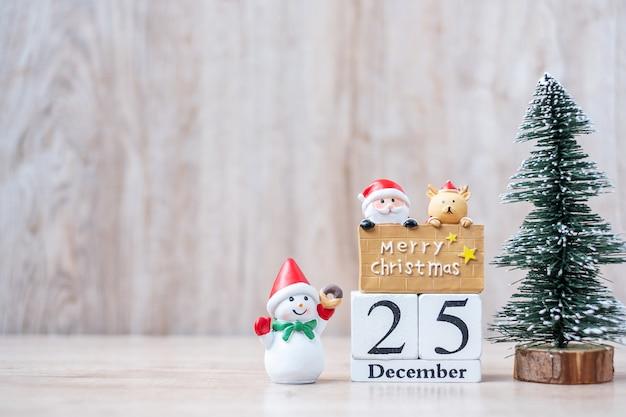 Calendario de diciembre con adornos navideños Foto Premium